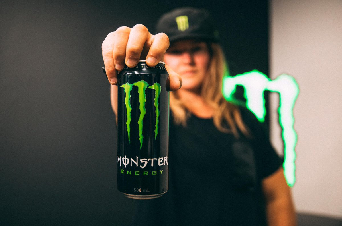 Monster contiene taurina chica agarrando bebida
