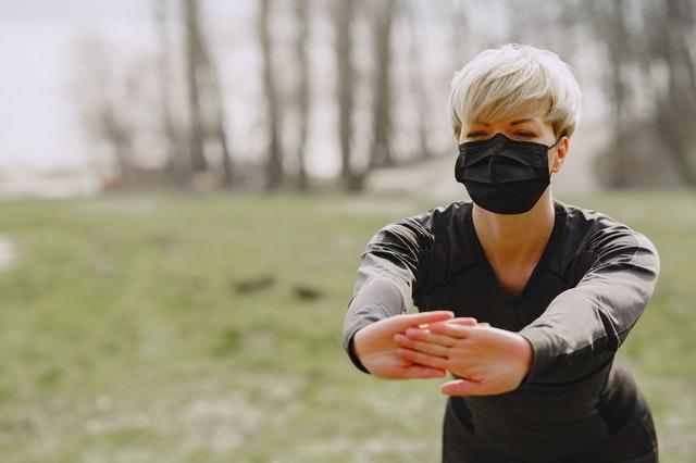 Hacer deporte si tienes asma mujer con mascarilla